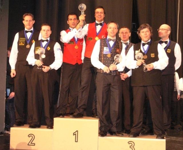 Die Siegerehrung v. li. n. re. Eddy Leppens , Eddy Merckx ( Belgien )  , Tayfun Tasdemir , Lüfti Cenet ( Türkei ) , Dick Jaspers , Raimund Burgman ( Niederlande ) , Stefan Galla und Martin Horn ( Deutschland )